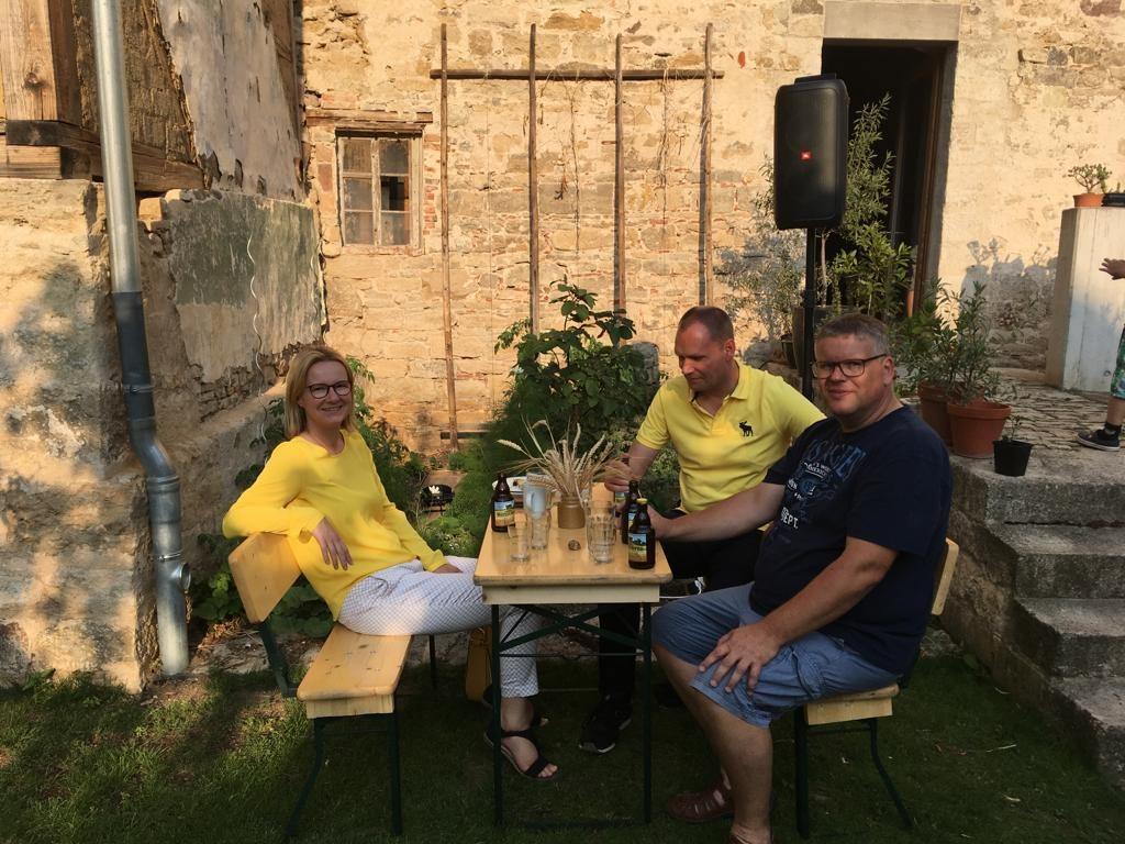 Markus Tempes, Fraktionsvorsitzender des BürgerProjekts, Christian Stonek und Annette Engel-Adlung, beide FDP, beim Sommerfest,