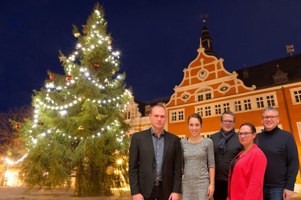 Christian Stonek, Julia Kneise, Alexander Dill, Katja Beier und Markus Tempes vor dem Weihnachtsbaum und dem Arnstädter Rathaus